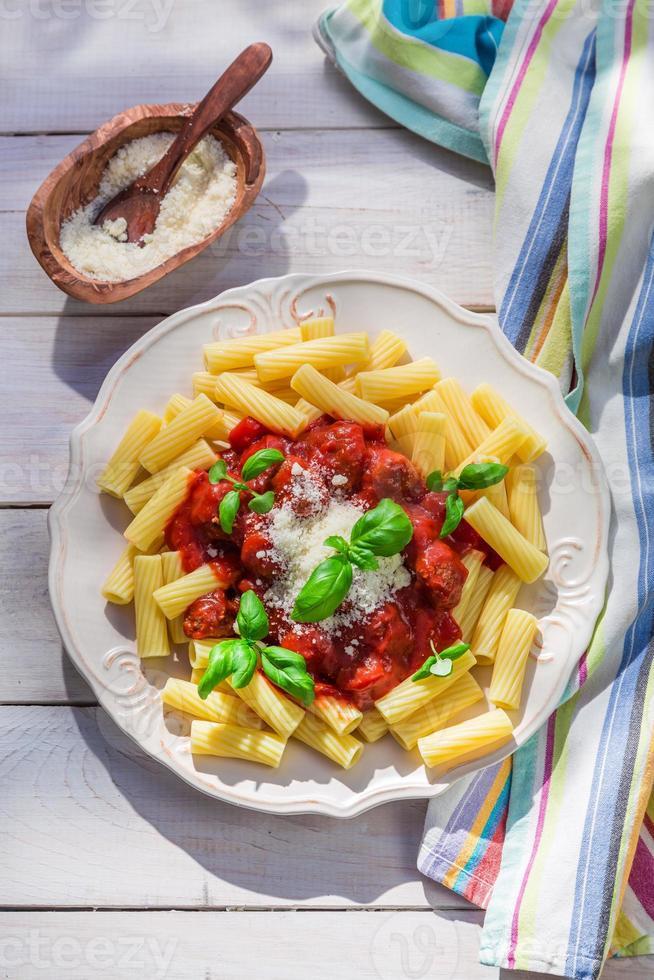 hausgemachte Pasta Penne in der sonnigen Küche foto
