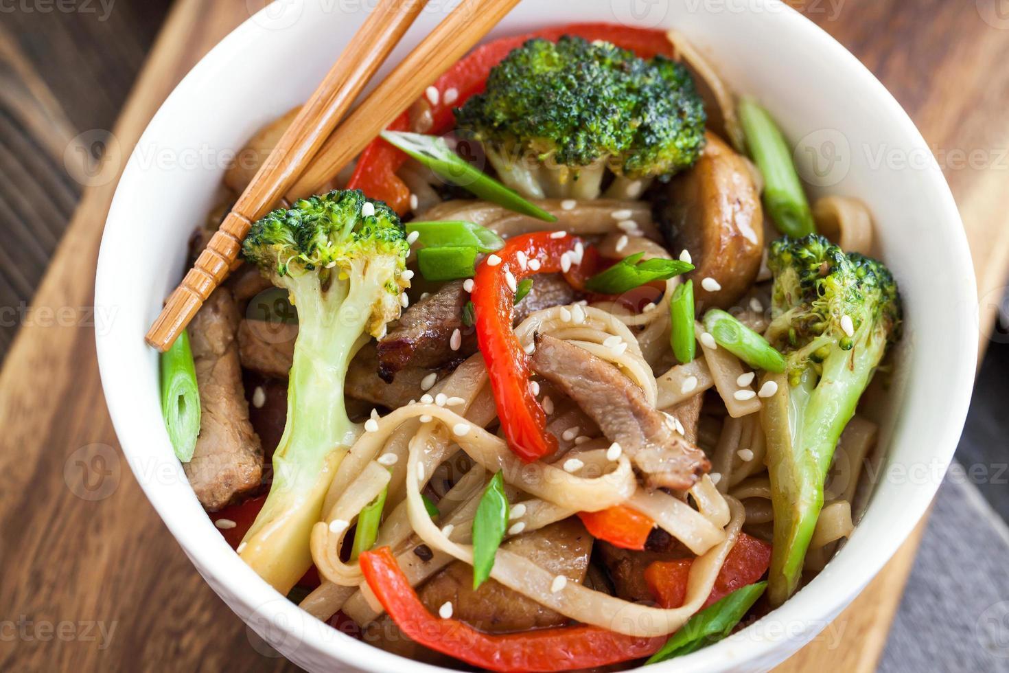 Udon-Nudeln mit Gemüse foto