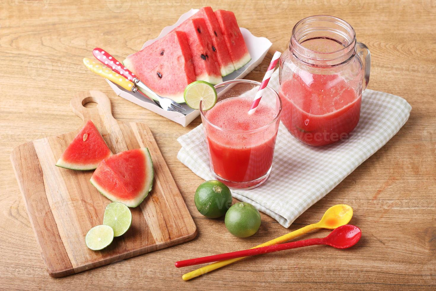 gesunder Wassermelonen-Limetten-Smoothie und frische Wassermelone foto