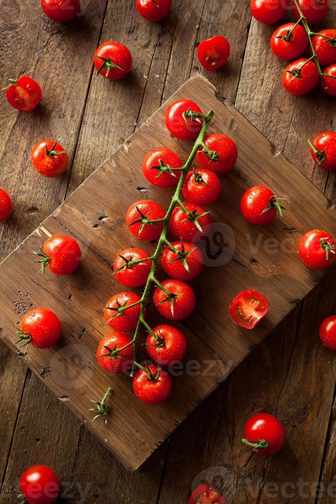 rohe organische rote Kirschtomaten foto