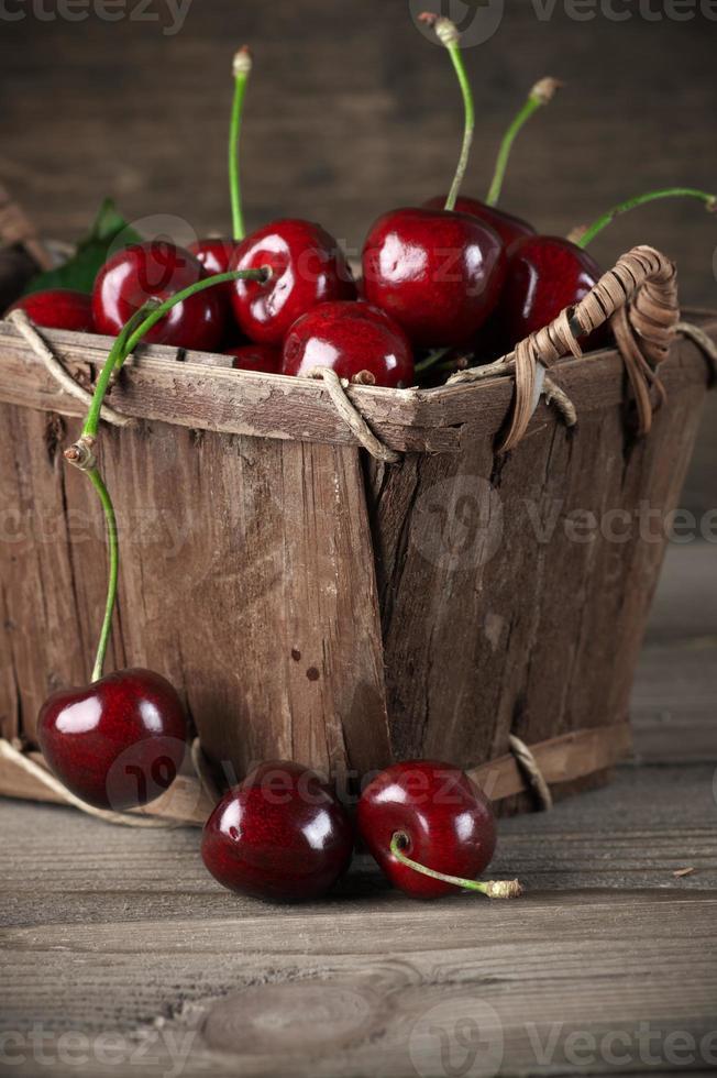 Kirschen im Korb foto
