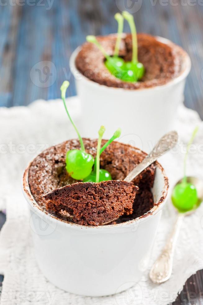 Schokoladenmuffin mit einer Cocktailkirsche foto