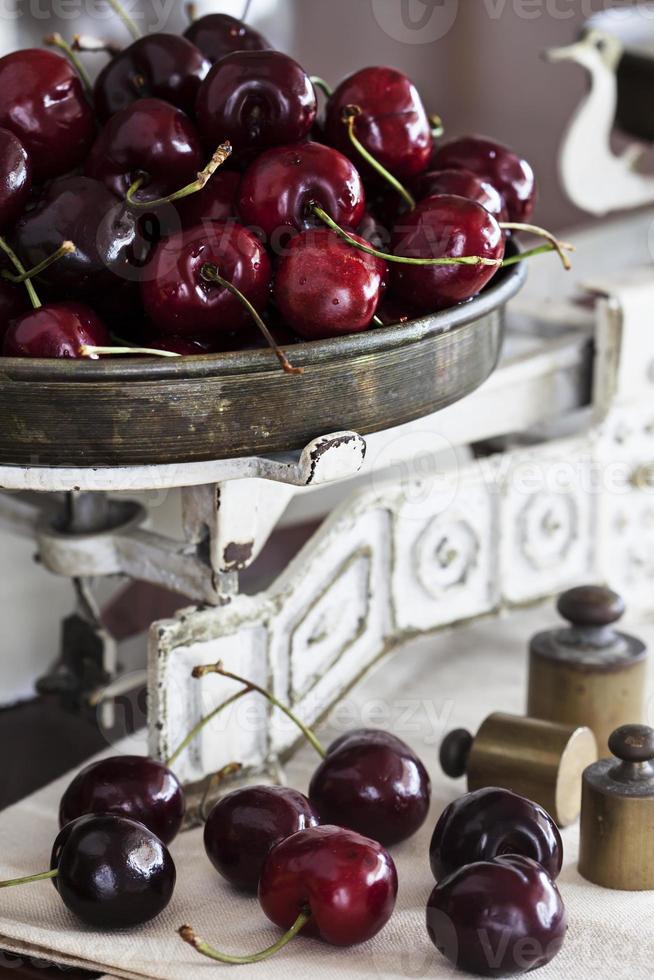 reife Kirsche auf Vintage-Schuppen foto