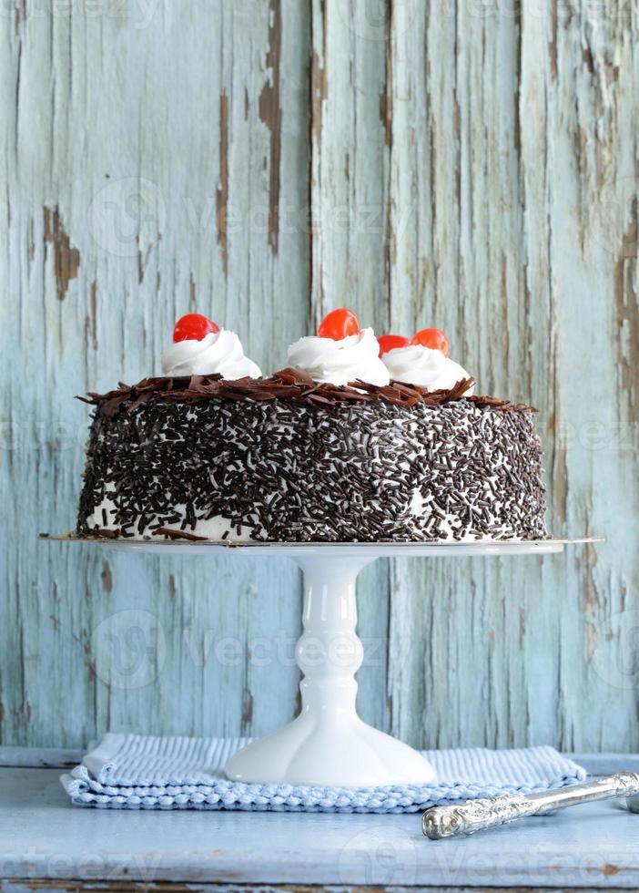 Schokoladenkuchen mit Kirschen foto
