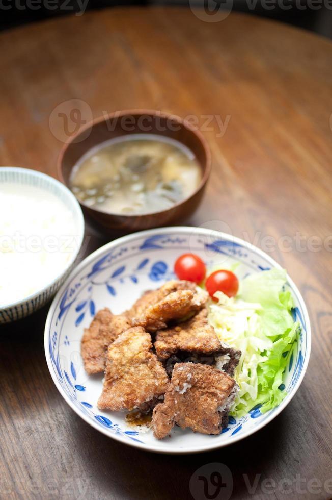 japanische küche buta no karaage (frittiertes schweinefleisch) foto
