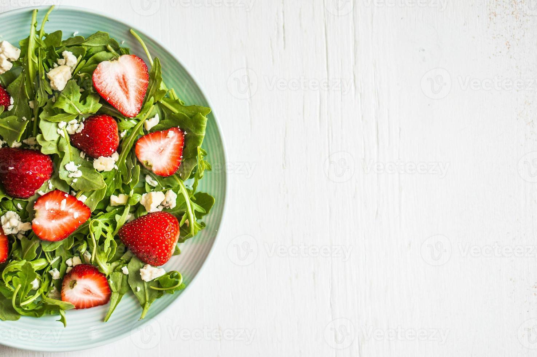 Salat mit Rucola, Erdbeeren und Käse foto