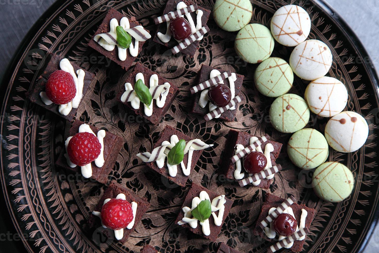 Teller mit Schokoladen-Brownies foto