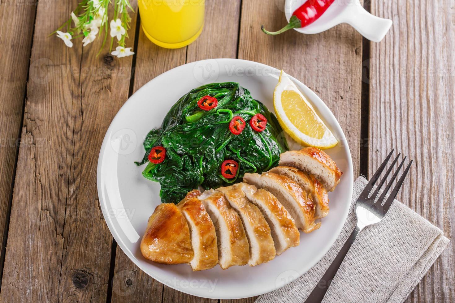 Gegrillte Hähnchenbrust mit Spinat und Paprika foto
