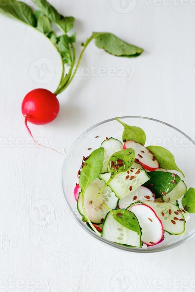 Salat mit Radieschen und Gemüse in einer Schüssel foto