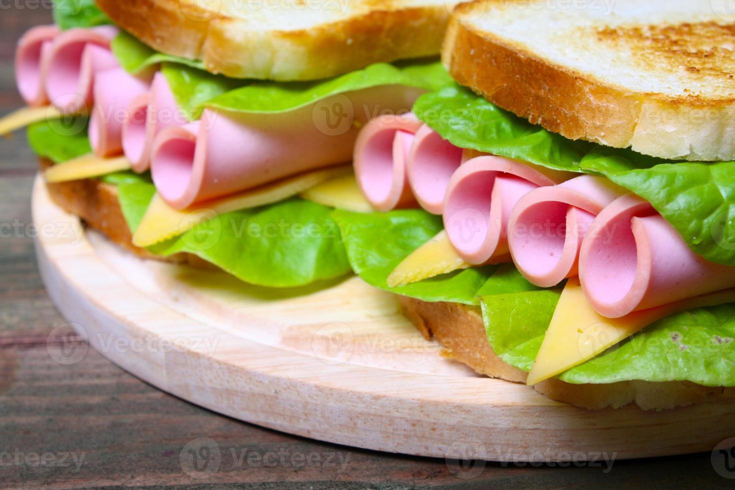 Sandwich mit Schinken, Käse und Salat foto