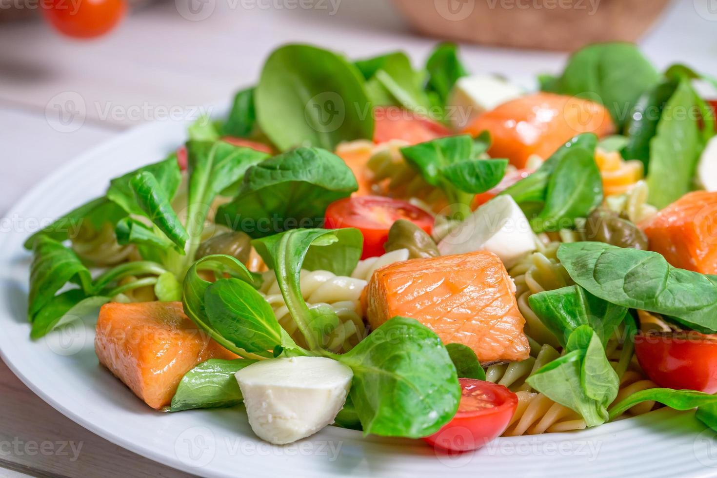 Nahaufnahme von Lachs mit Gemüse und Salat foto