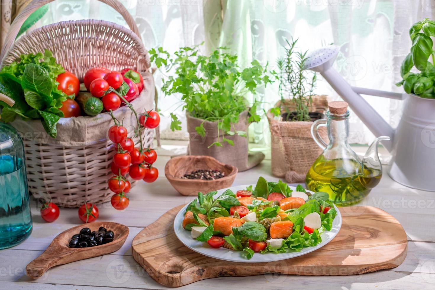 Zutaten für Salat mit Lachs und Gemüse foto