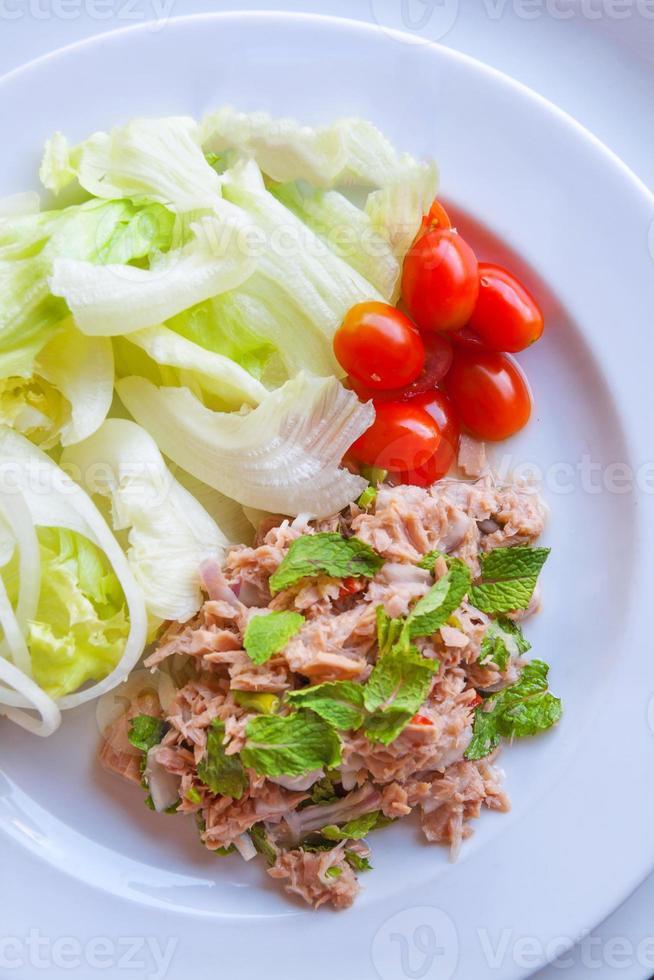 frisch gehackter Thunfischsalat mit Spinat foto