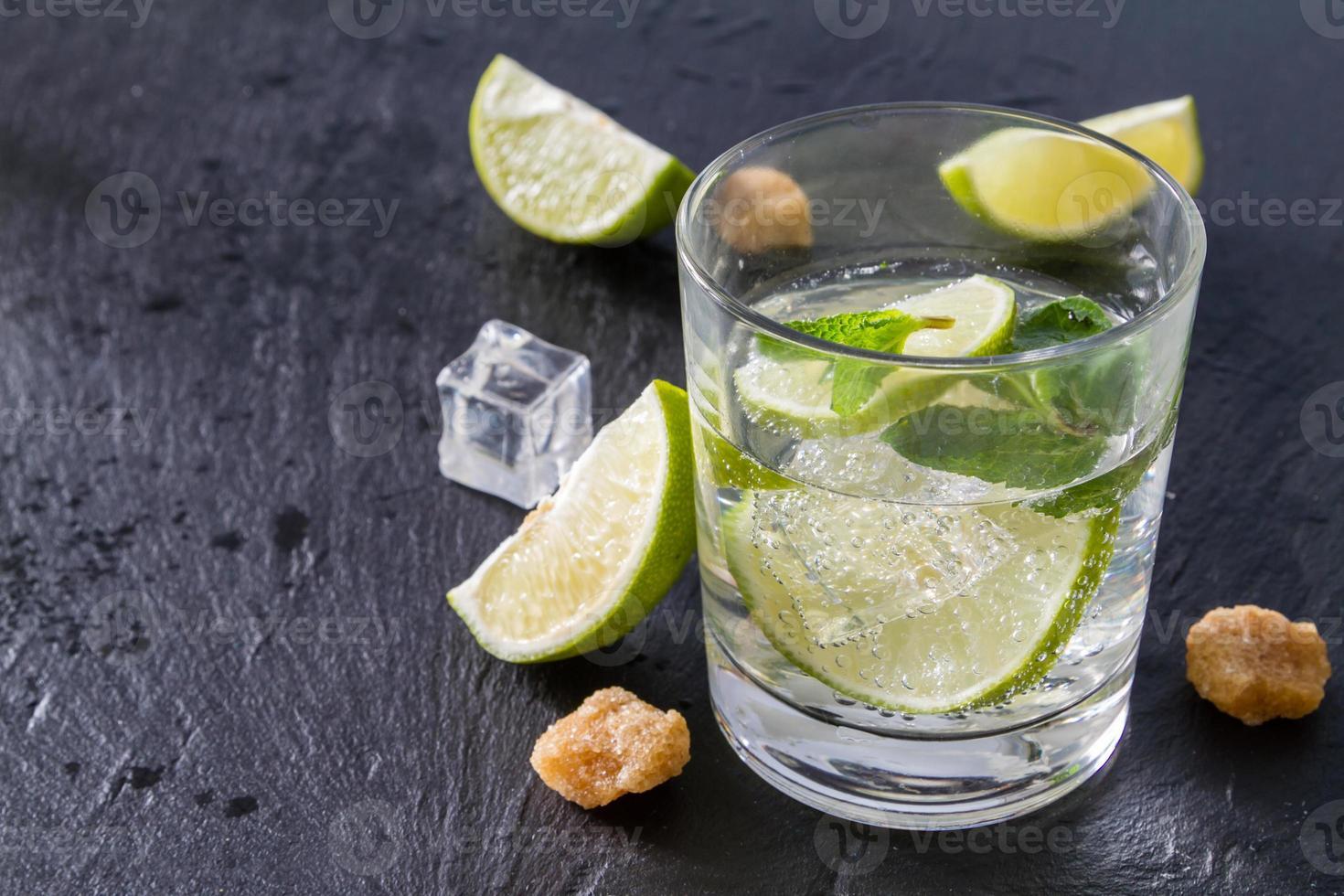 Mojito und Zutaten - Limette, Minze, Rum, Zucker, Eis foto
