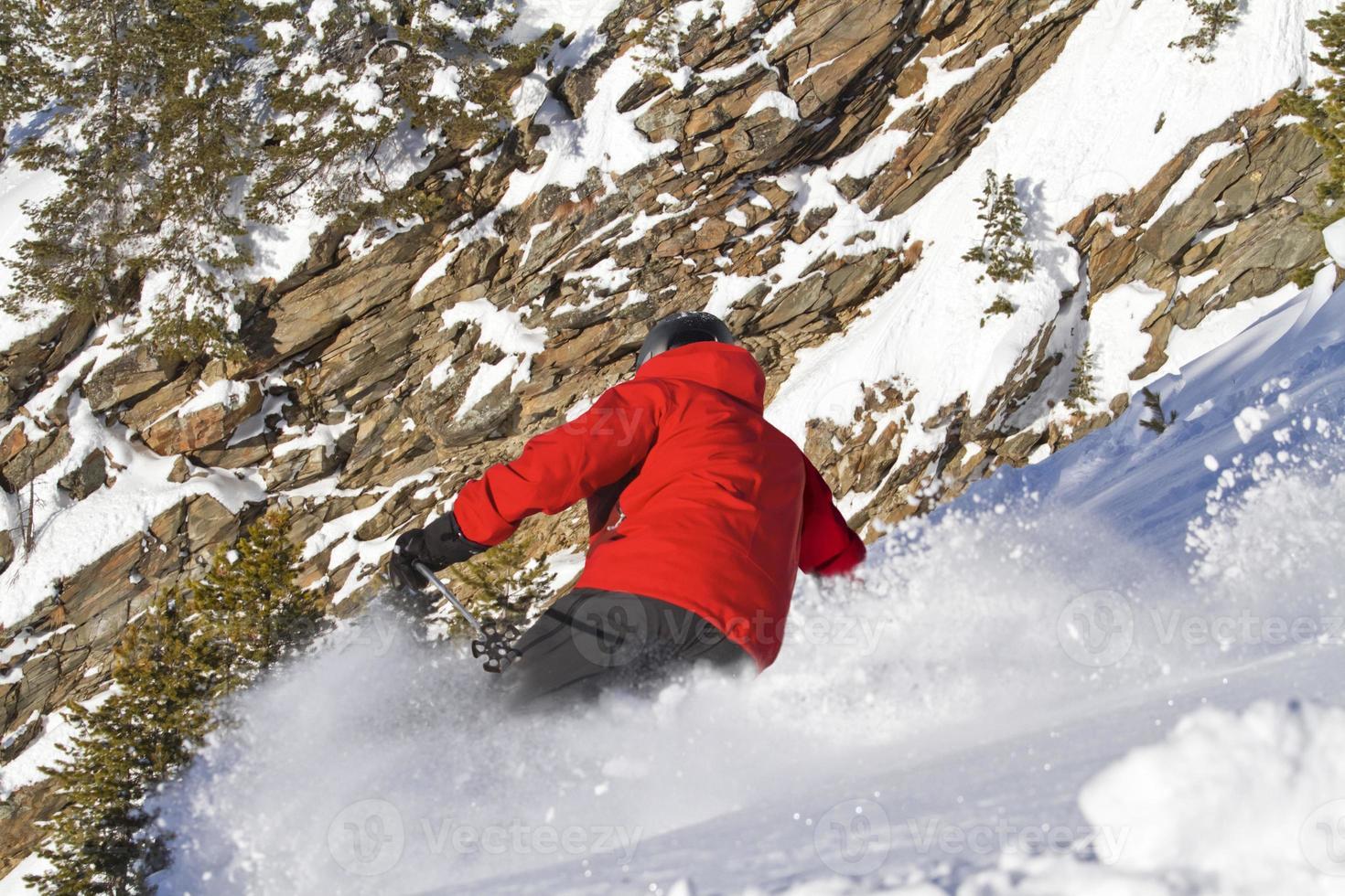 männliches Skifahren in abfallender Position foto
