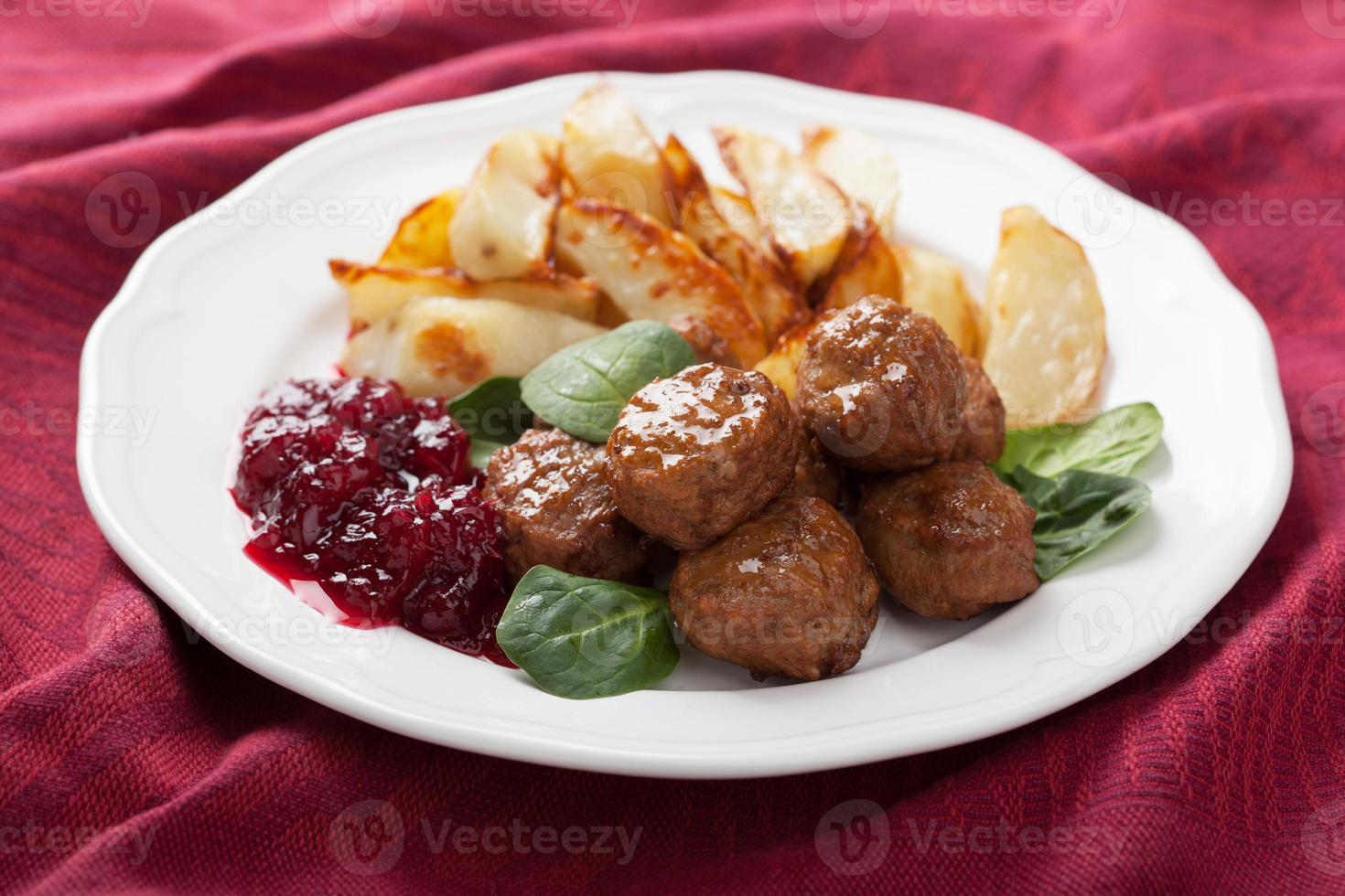 schwedische Frikadellen mit Kartoffeln und Lingon Marmelade foto
