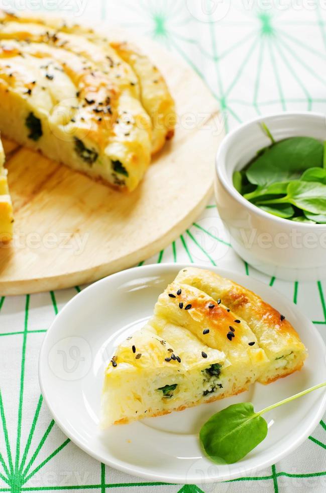 Kuchen mit Käse und Spinat foto