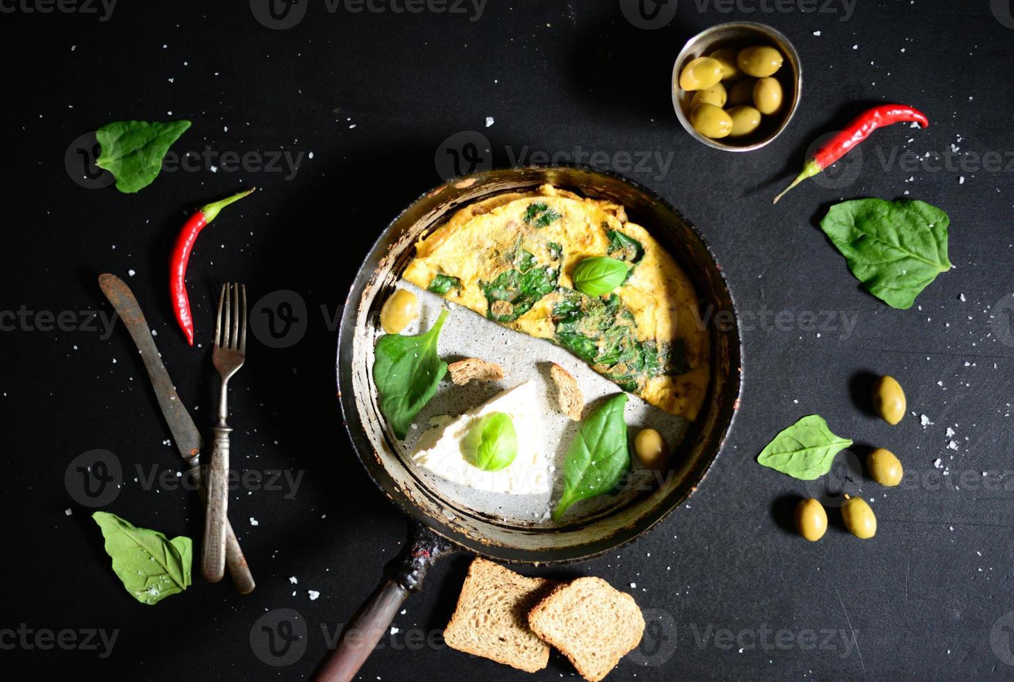 frischer weißer Käse mit Rührei und Spinat foto