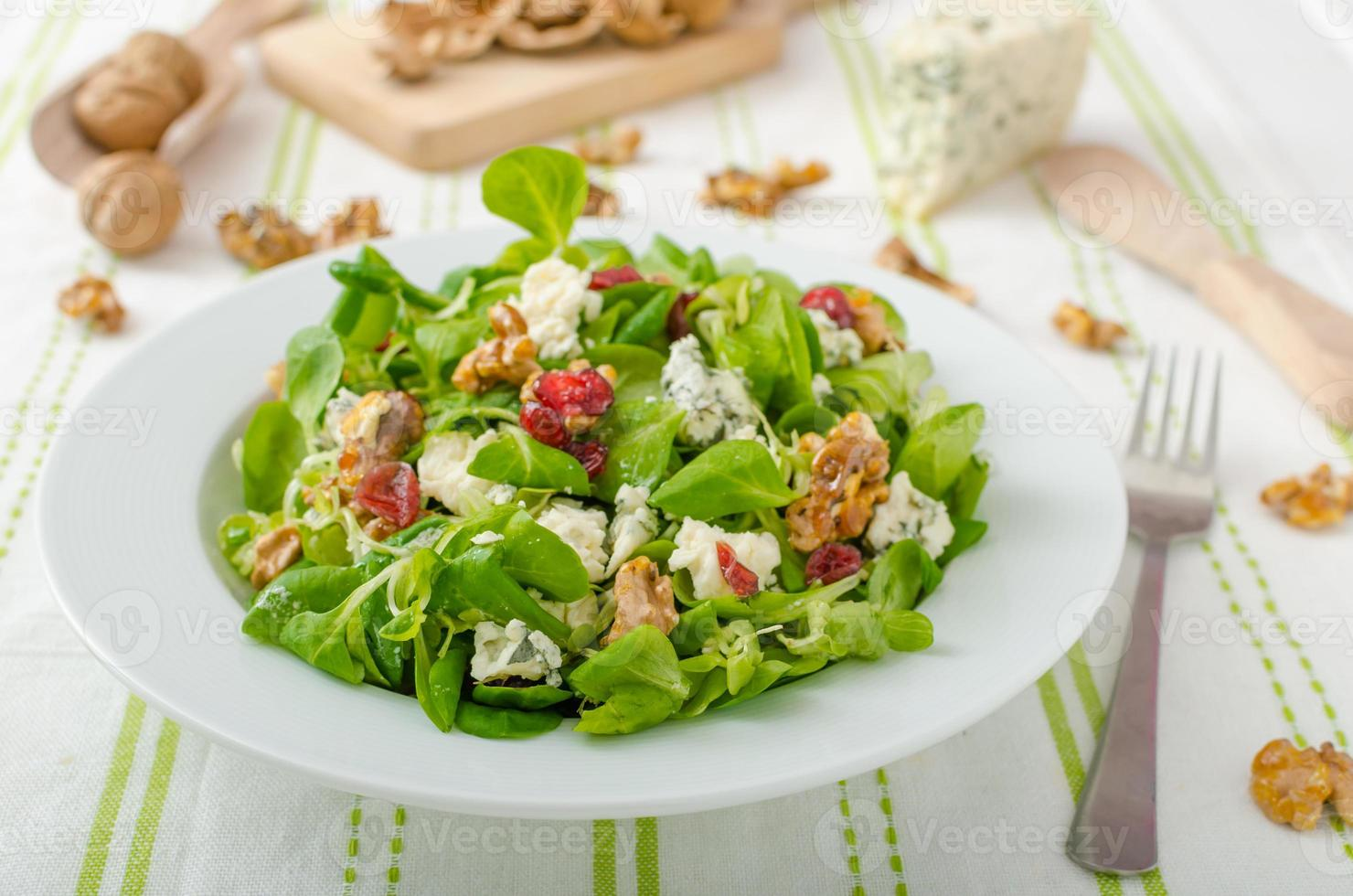Salat mit Blauschimmelkäse und Balsamico-Dressing foto