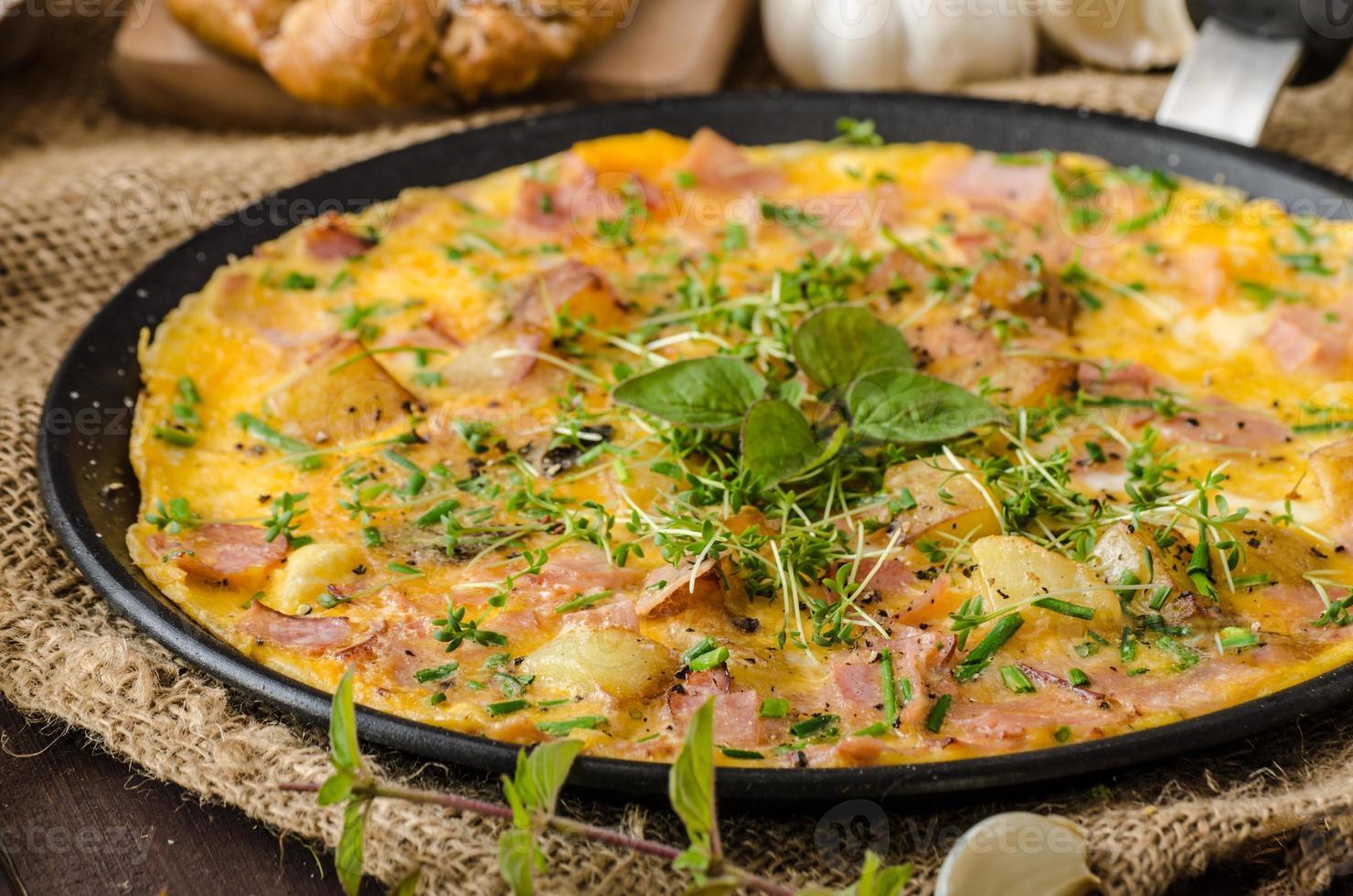 Ei Omeletta mit Schinken und Kräutern foto