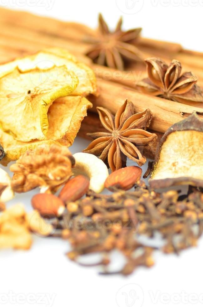 Weihnachtsgewürze, Nüsse und getrocknete Früchte auf weißem Hintergrund foto