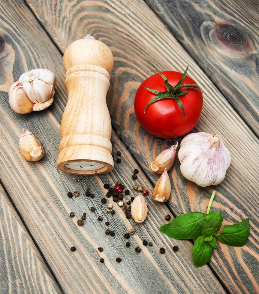 Tomaten, Knoblauch und Basilikum foto