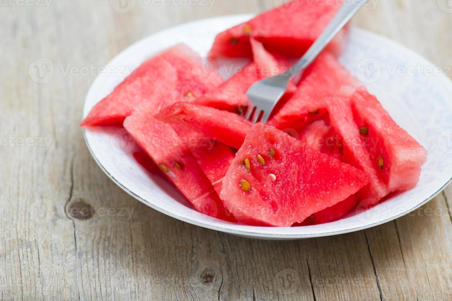 Wassermelonenscheiben in einem Teller foto