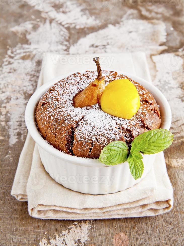 Muffins mit Schokolade, Birne und Zitronenquark. Frühstück. foto