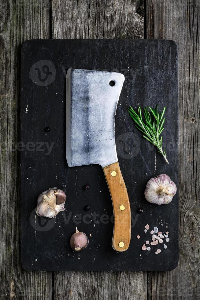 altes Fleischbeil und Rohkostzutaten foto