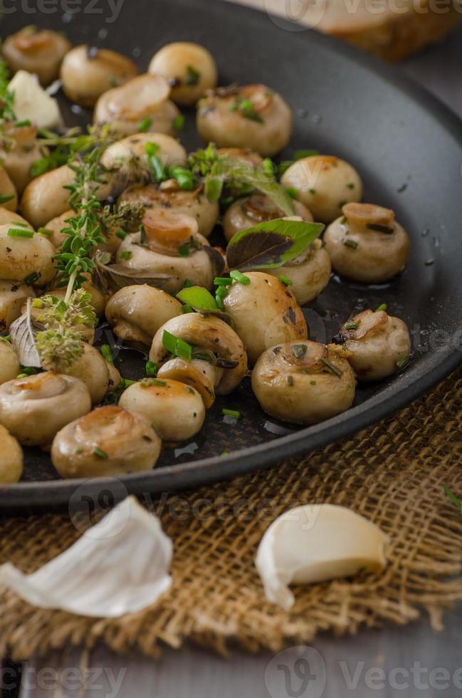 Salat aus kleinen Pilzen und Kräutern foto