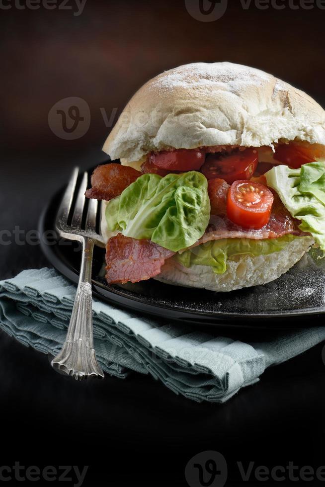 Speck-, Salat- und Tomatenrolle foto
