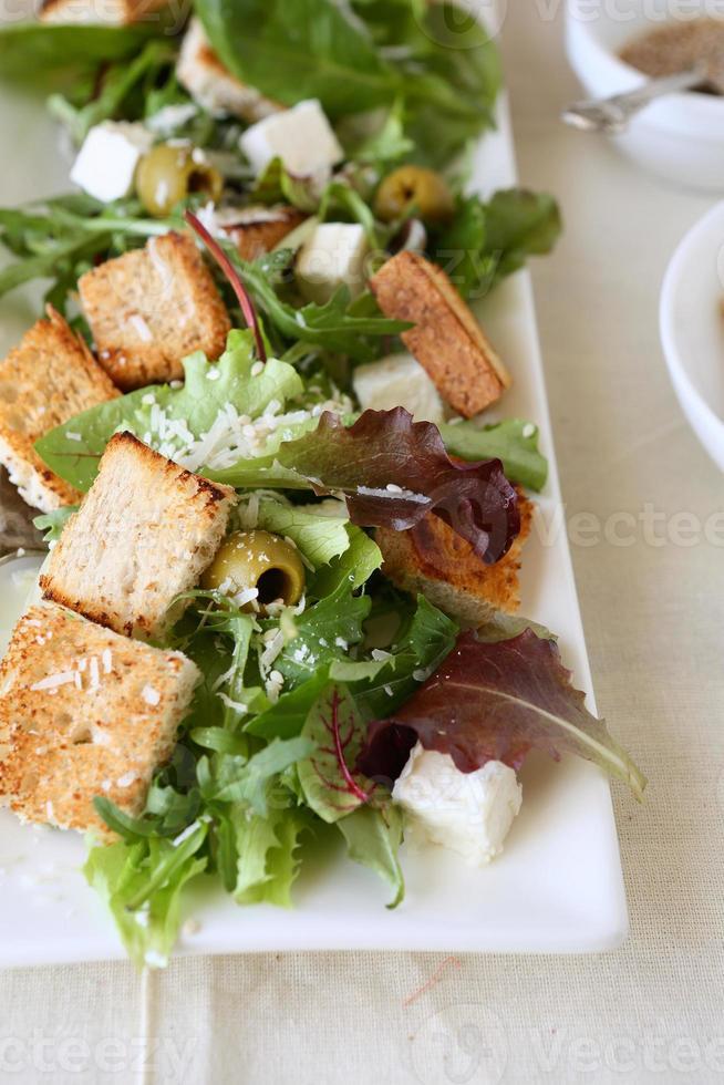 Salat mit Gemüse und Croutons foto