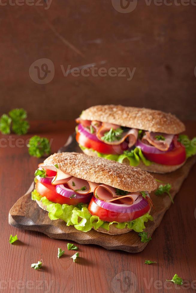 Sandwich mit Schinkentomate und Salat foto