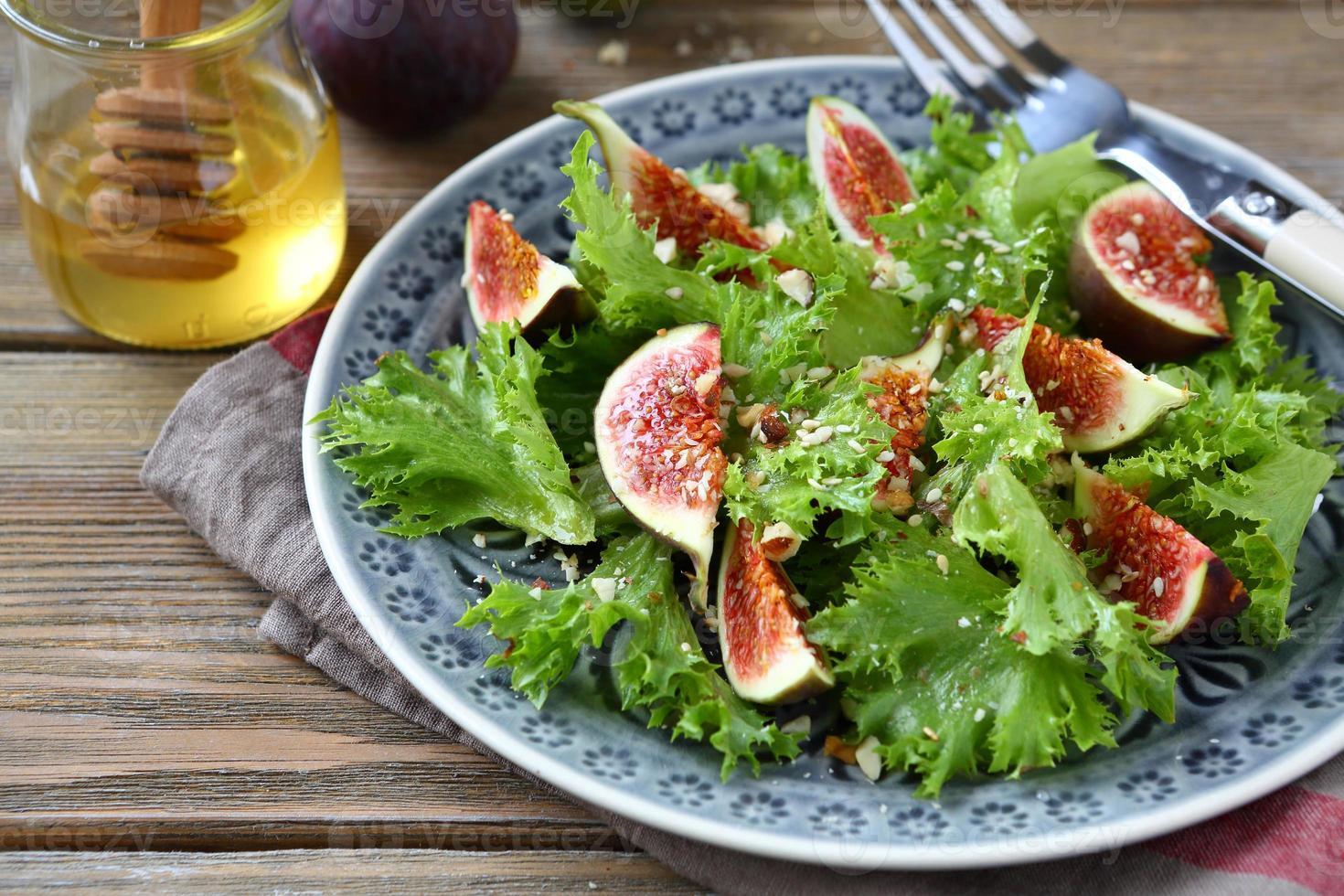 leichter Salat mit Feigen, Salat und Honig foto