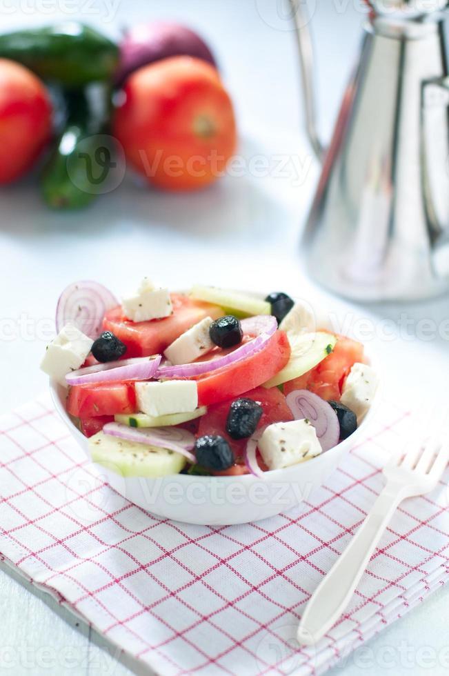 Griechischer Salat mit Feta-Käse-Tomaten-Gurken und schwarzen Oliven foto