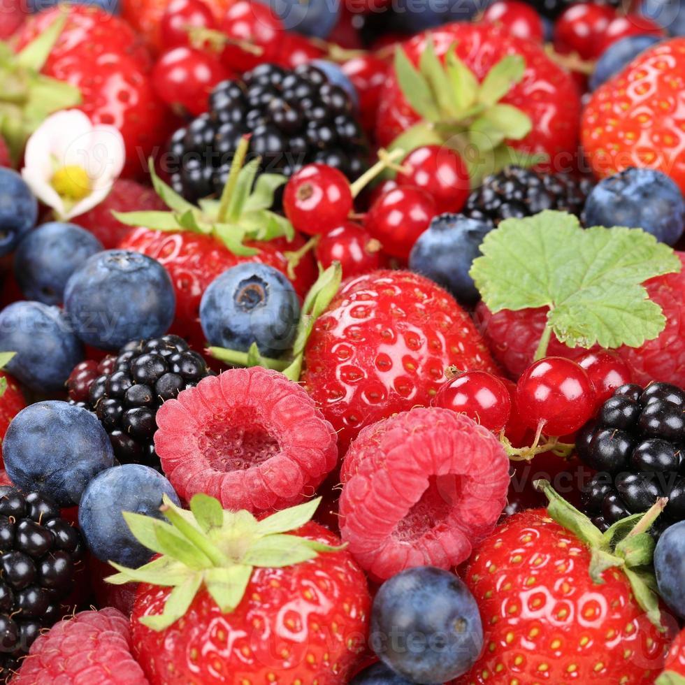 Beerenfrüchte im Sommer mit Erdbeeren, Blaubeeren und Himbeeren foto