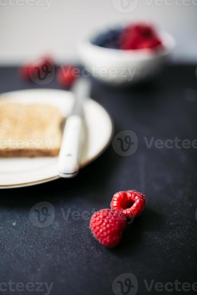 Toast und lose Himbeeren foto