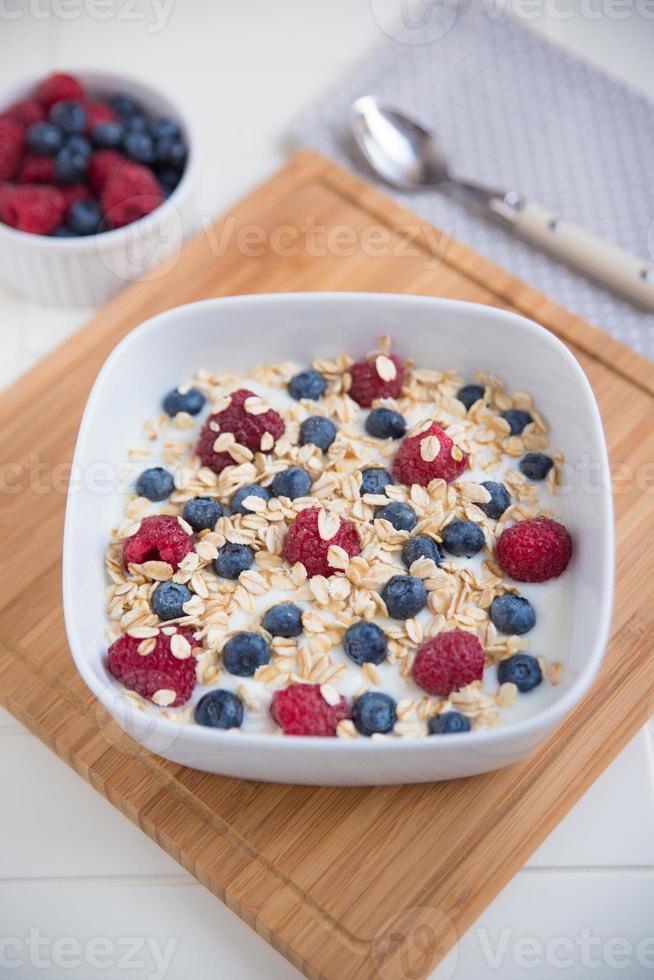 Joghurt mit Müsli und Beeren foto