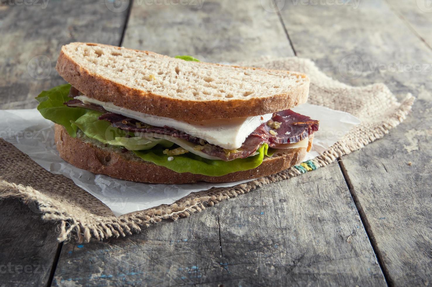 Sandwich aus geräuchertem Fleisch foto