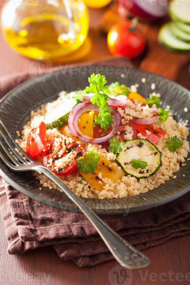 gesunder Couscous-Salat mit gegrillter Tomaten-Pfeffer-Zucchini-Zwiebel foto
