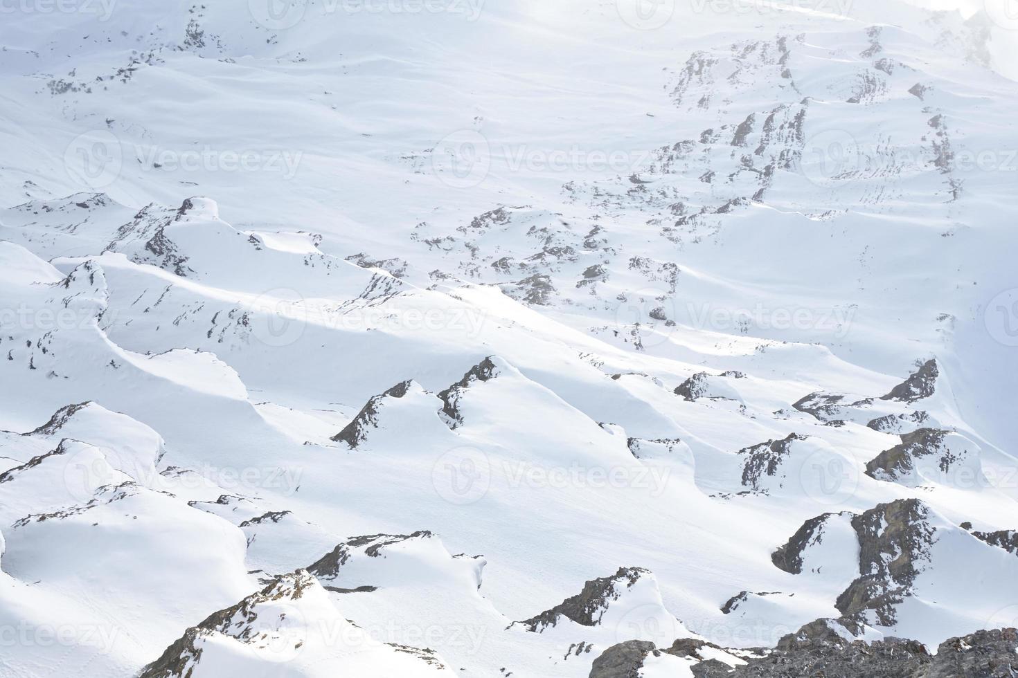 Bergfelsen im Schnee bedeckt foto