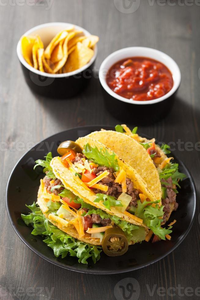 Taco-Muscheln mit Rindfleisch und Gemüse foto