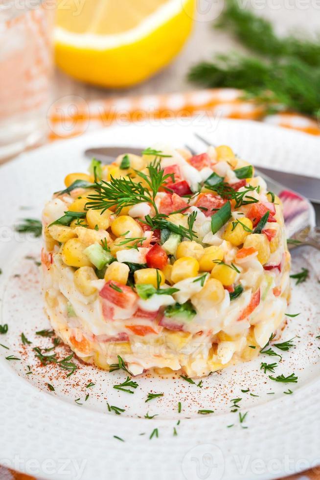 frischer Gemüse- und Krabbensalat mit Mayonnaise foto