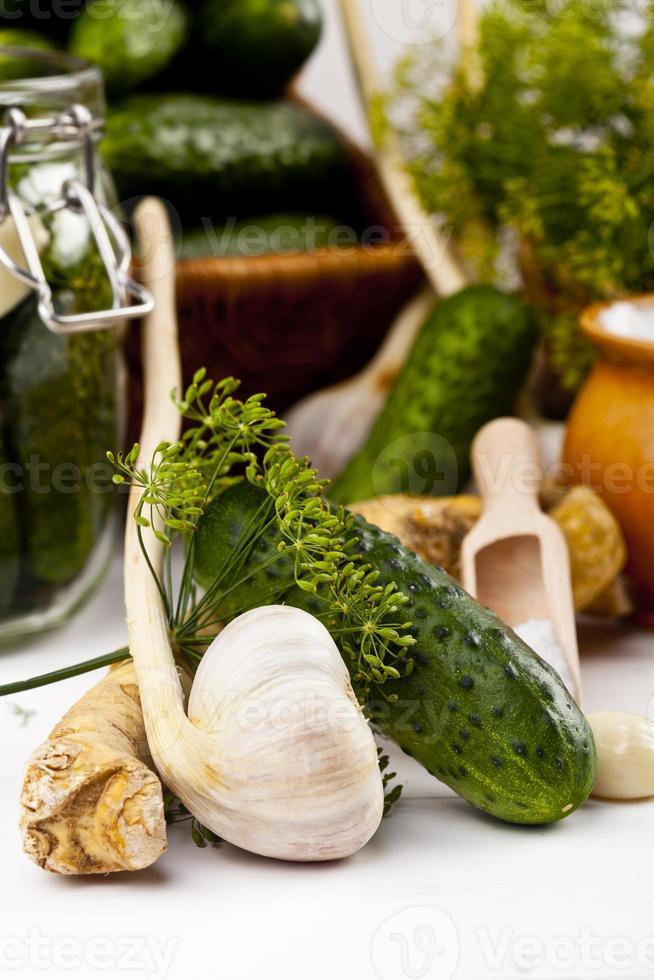 hausgemachte Gurken in Salzlake mit Knoblauch, Dill und Meerrettich foto