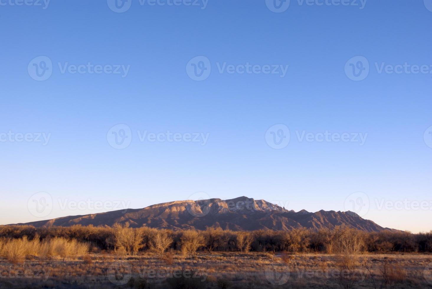 Sandia Berge mit klarem Himmel bei Sonnenuntergang foto