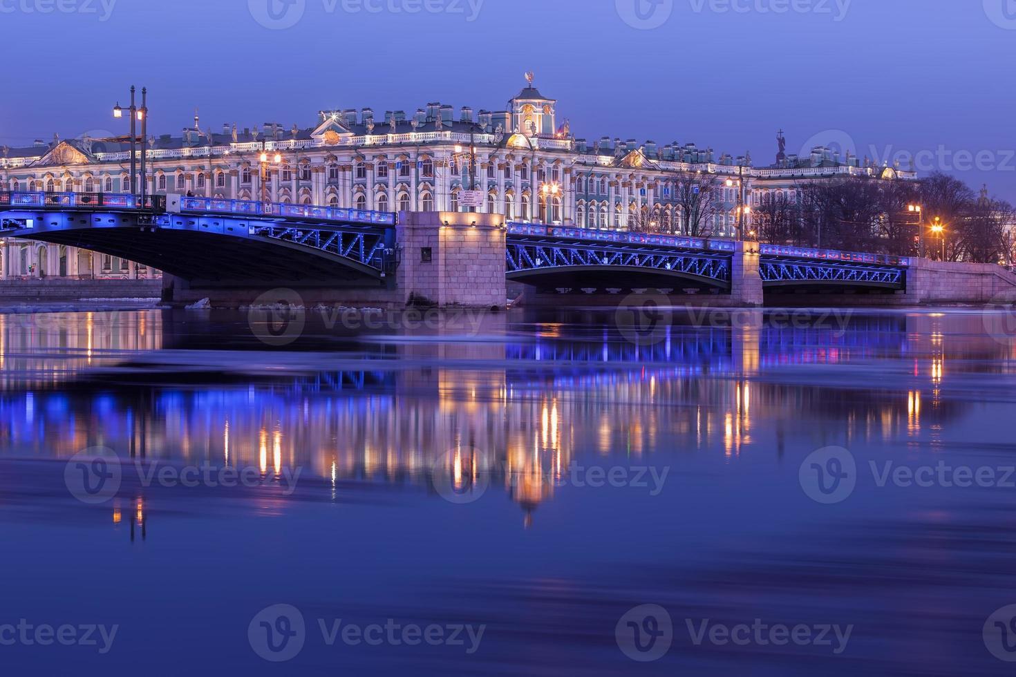 Palastbrücke und Einsiedelei in der Nacht, st. Petersburg foto