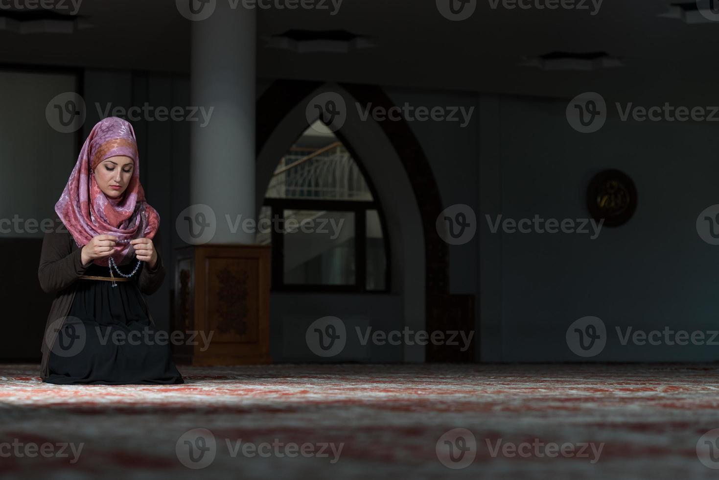 bescheidene muslimische Gebetsfrau foto
