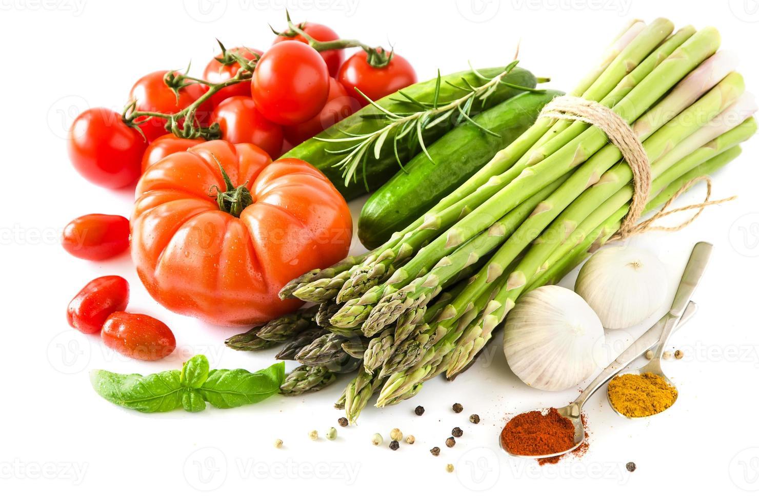 frisches Gemüse lokalisiert auf weißem Kopierraumhintergrundhorizont foto