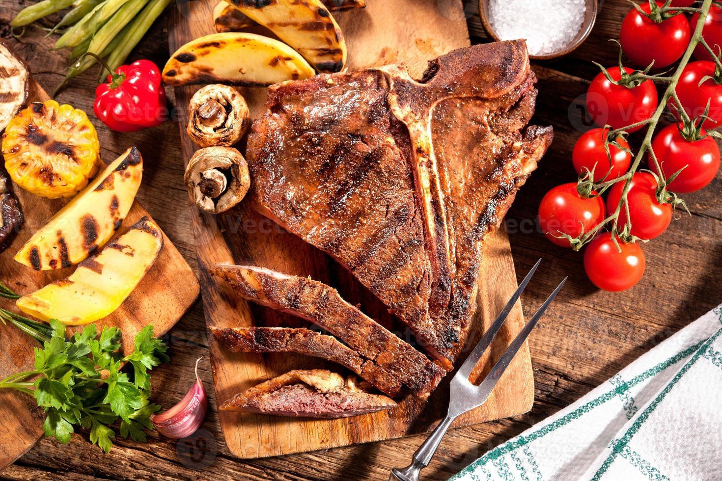 Rindersteaks mit gegrilltem Gemüse foto