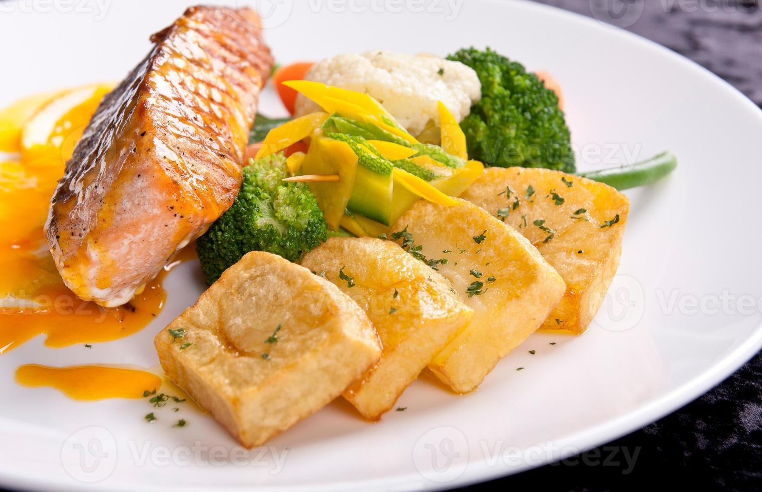 Filet aus weißem Fisch und Gemüse foto